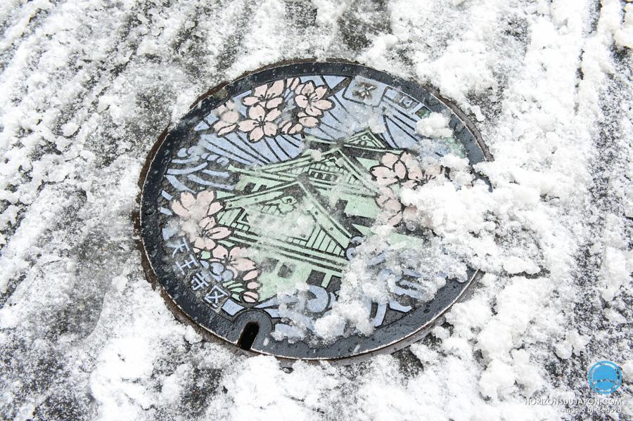 plaque-égout-osaka-neige